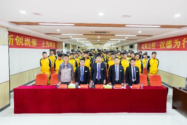 全体师生唱国歌_太原万通汽修学校