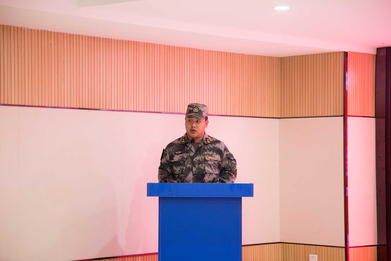 在开营仪式上,驻校教官指出军训的重要性